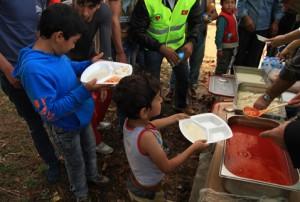 صف پناهجویان افغان برای گرفتن غذای شهرداری در استانبول